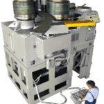Trzy rolki napędowe o gładkiej powierzchni Trzy silniki hydrauliczne bezpośrednio wpasowane w rolki Niezależna regulacja dwóch dolnych rolek za pomocą siłowników hydraulicznych o odpowiedniej mocy obsługiwanych przez oddzielne stanowisko sterowania dla wstępnego zginania i gięcia Rolki z korektą boczną obsługiwane ręcznie w 3 wymiarach i rolowane w celu prostowania profilów kątowych z wypustami i wypukłymi oraz asymetrycznymi profilami Osobny pulpit sterowniczy, mobilny na kółkach 9 rolek do zginania najbardziej popularnych profili Maszyna może pracować w osi poziomej lub pionowej.