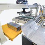 W ostatnich latach IMCAR rozszerzył swoją ofertę o prasy z manipulatorami, aby zaoferować klientom wszystkie maszyny niezbędne do produkcji kompletnych silosów. Jedną z mocnych stron pras z manipulatorem IMCAR, jest łatwość obsługi maszyn z jednym mobilnym pulpitem sterowniczym na kółkach i niezbędnymi urządzeniami sterującymi do zarządzania prasą i funkcjami manipulatora oraz operacje wykonywane i kontrolowane przez jednego operatora. Manipulator wykonuje wszystkie ruchy synchronicznie z cylindrem prasy; ruchy te mogą być równoczesne lub indywidualne, a ich sekwencja logiczna określa cykl wykonywania wyprofilowanych głów, zaczynając od dysków z metalowych arkuszy. Niektóre innowacyjne rozwiązania techniczne, takie jak szczególna konstrukcja głównego cylindra dociskowego, który zwiększa prędkość cykli roboczych, pozwala na skrócenie czasu produkcji w porównaniu z tradycyjnymi prasami. Dzięki solidnej konstrukcji maszyny te są niezawodne i mogą wytrzymać nawet najcięższe prace. Z biegiem lat IMCAR zawsze zwracał uwagę na potrzeby swoich klientów i rynku, dlatego dodał do swojej oferty tego rodzaju pras z manipulatorami, nowatorskie rozwiązanie z korzyścią dla Klienta!